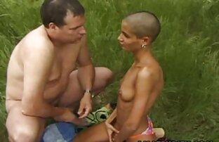 مرد موی سر برهنه کون زنسکسی را با مادر مبتلا به سرطان قرار داده و الاغ خود را لگد می زند