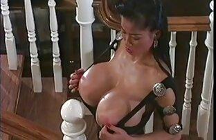 زنی با لباس پرش قرمز ، شیردوشی زیادی را در مقابل دوربین نشان کوسپستون می دهد