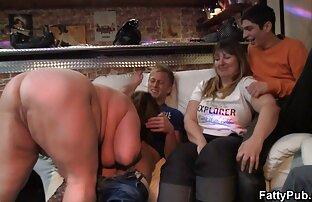 جوجه ای لاغر با خال کوبی روی بدن او عمیقا خروس بزرگ یک عکسکیر و کس دوست را بلعیده است